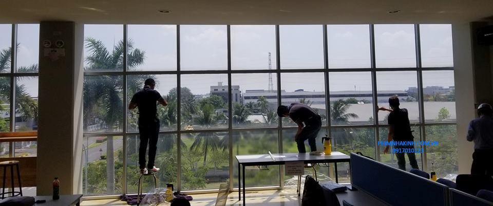 Thi công dán phim cách nhiệt cửa kính