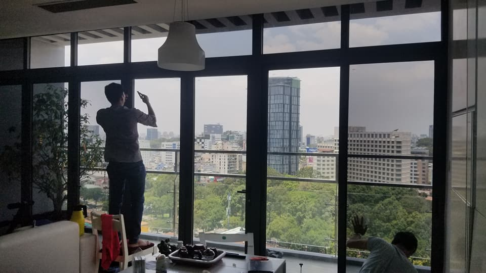 Phim cách nhiệt dán kính chung cư