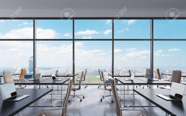 44972295-i-luoghi-di-lavoro-in-un-ufficio-moderno-panoramico-new-york-vista-sulla-città-dalle-finestre-spazio-a