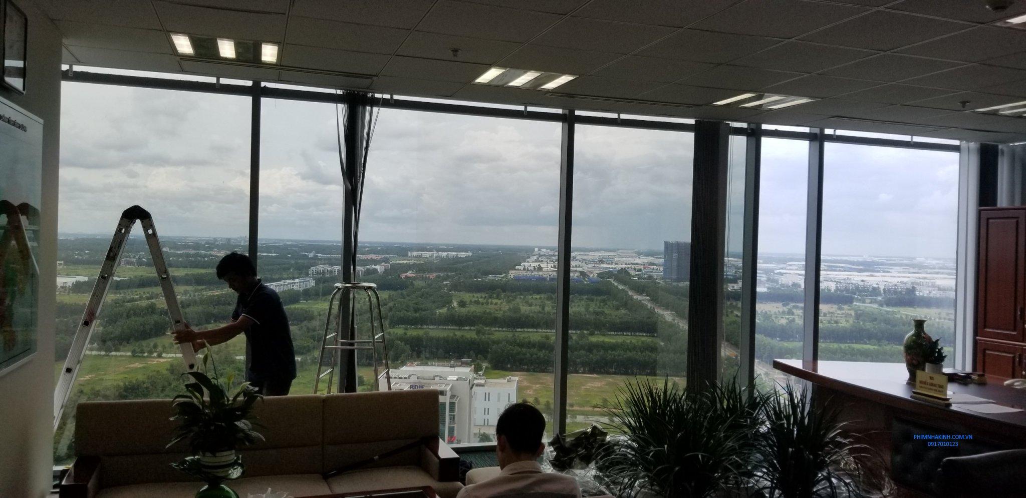 Thi công dán kính chống nắng cho TT Hành chính thành phố mới Bình Dương