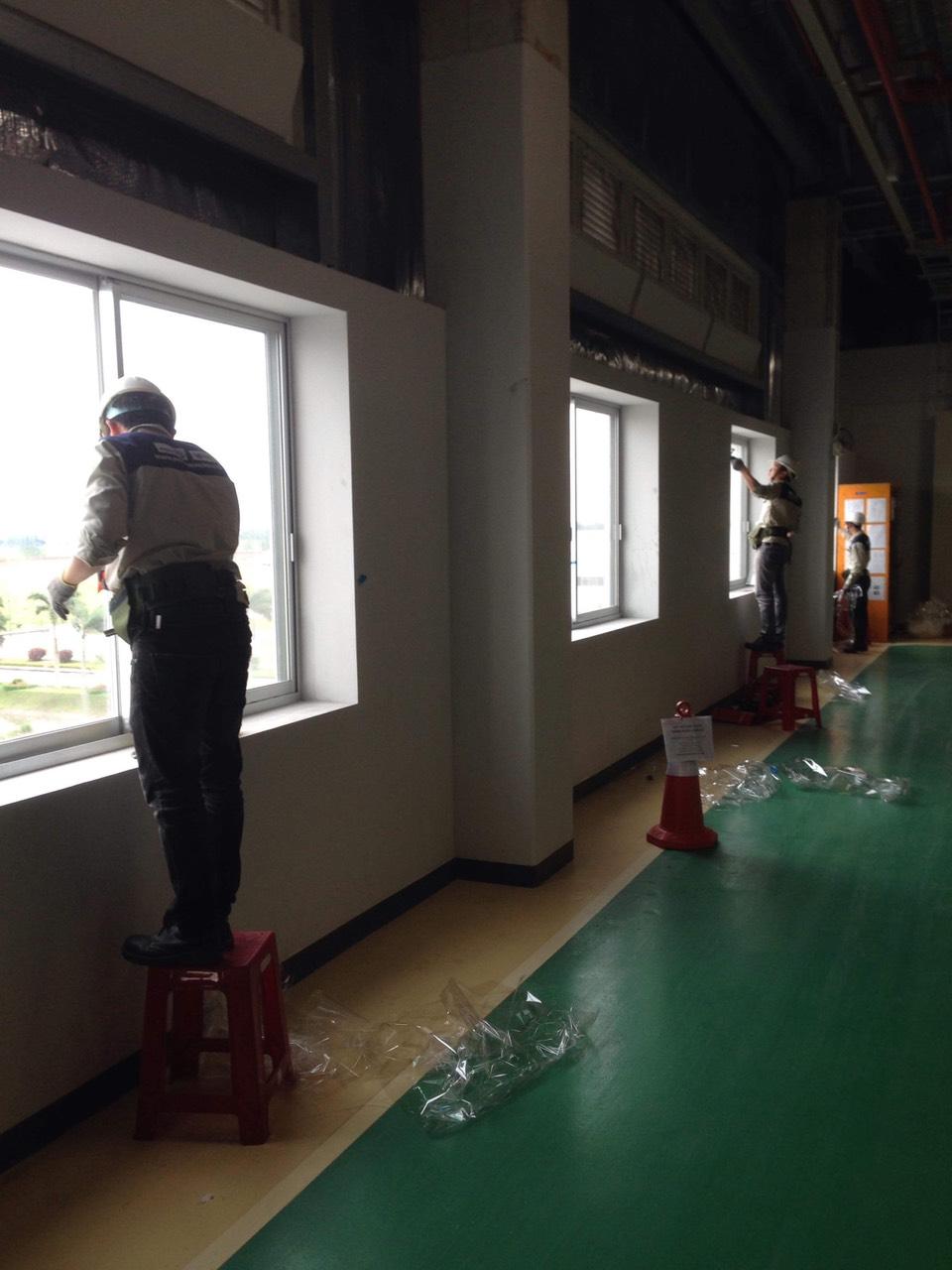 Dán phim bảo vệ kính nhà máy TOTO Việt Nam, KCN Thăng Long